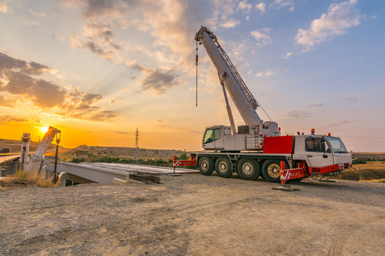 Cranes Sydney: Should you Buy or Hire one for business?